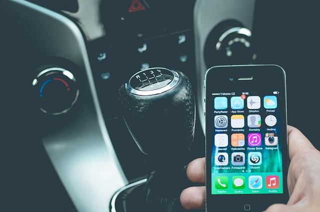 smartphone v autě