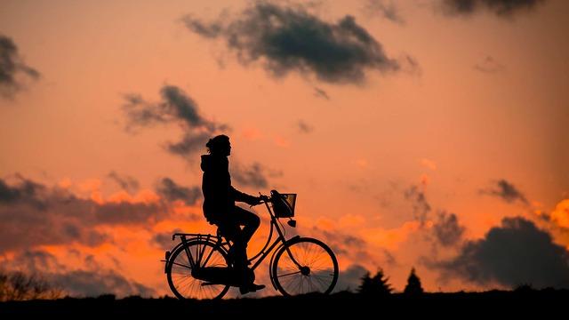 žena na kole s košíkem