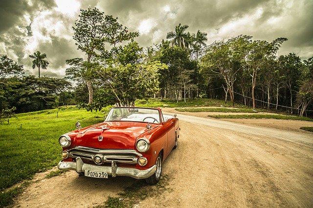 červené auto